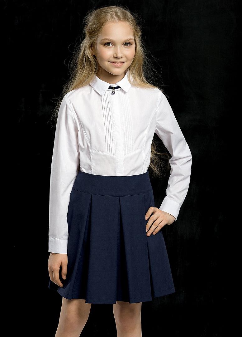 Девушка в белой блузке в магазине секс